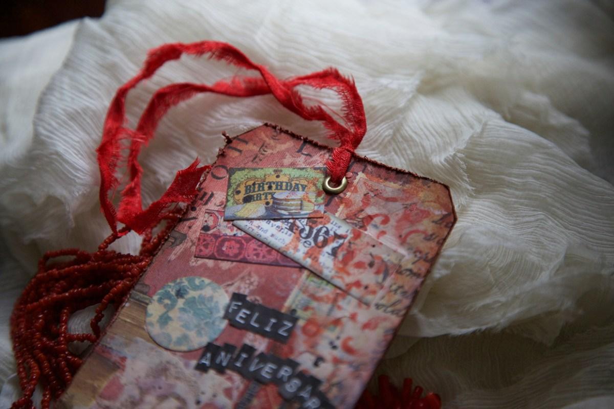 Tag de aniversário adornado com tecido rasgado usado como fita