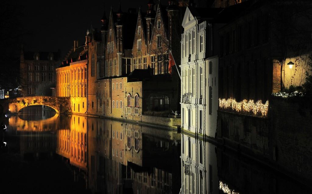 Un suggestivo scorcio notturno lungo i canali di Bruges