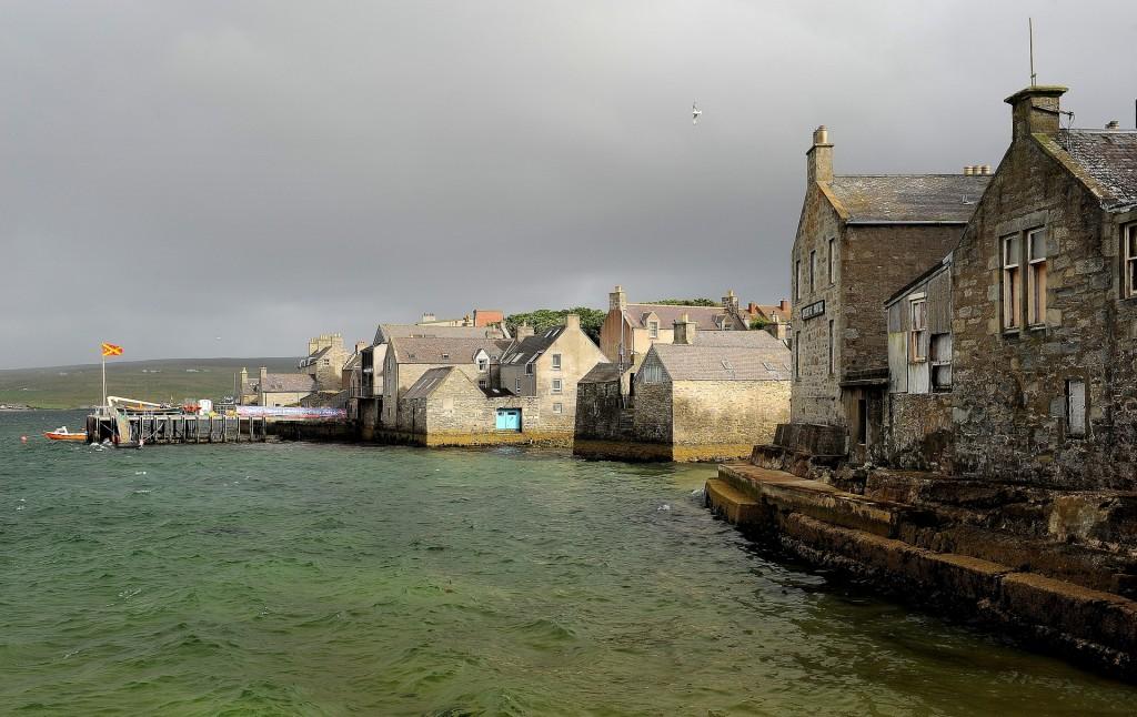 Le tipiche case grigie affacciate sul mare nella città vecchia
