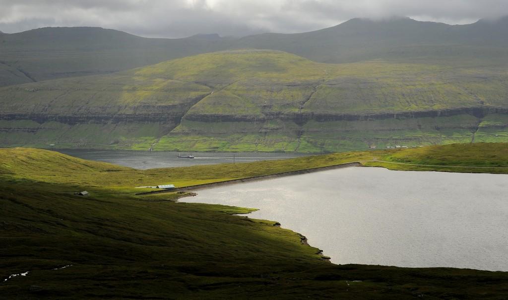 Uno scorcio dello stretto che separa l'isola di STREYMOY da quella di EYSTUROY, nelle tipiche condizioni meteo dell'arcipelago