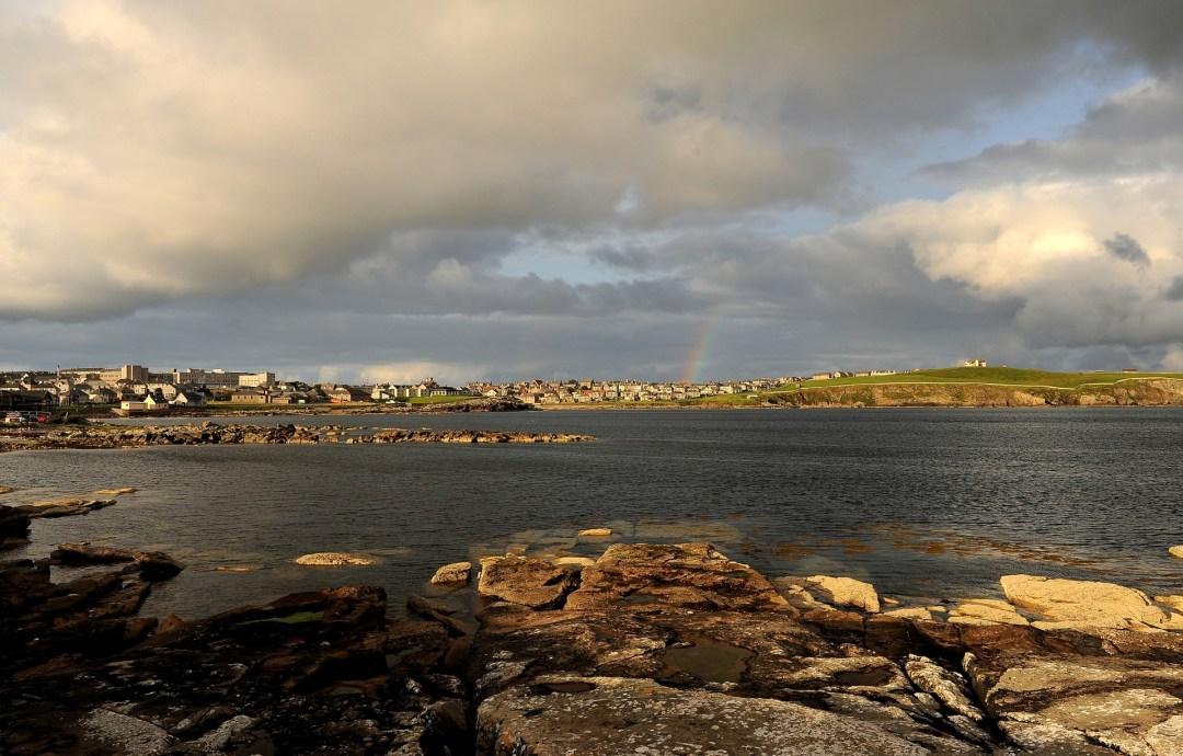 La città di LERWICK sotto il tipico cielo estivo delle Shetland