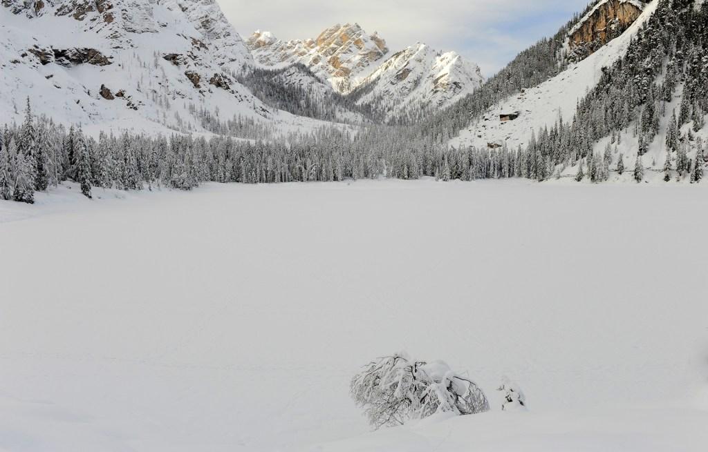 La distesa ghiacciata del LAGO di BRAIES sovrastata dalla Croda del Becco