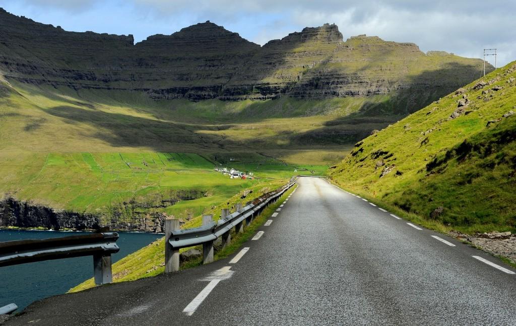 La strada che corre in direzione nord, verso VIDAREIDI