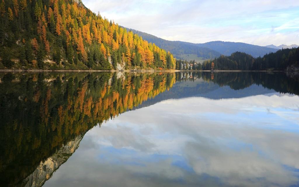 In autunno le acque del lago si accendono di mille riflessi e colori