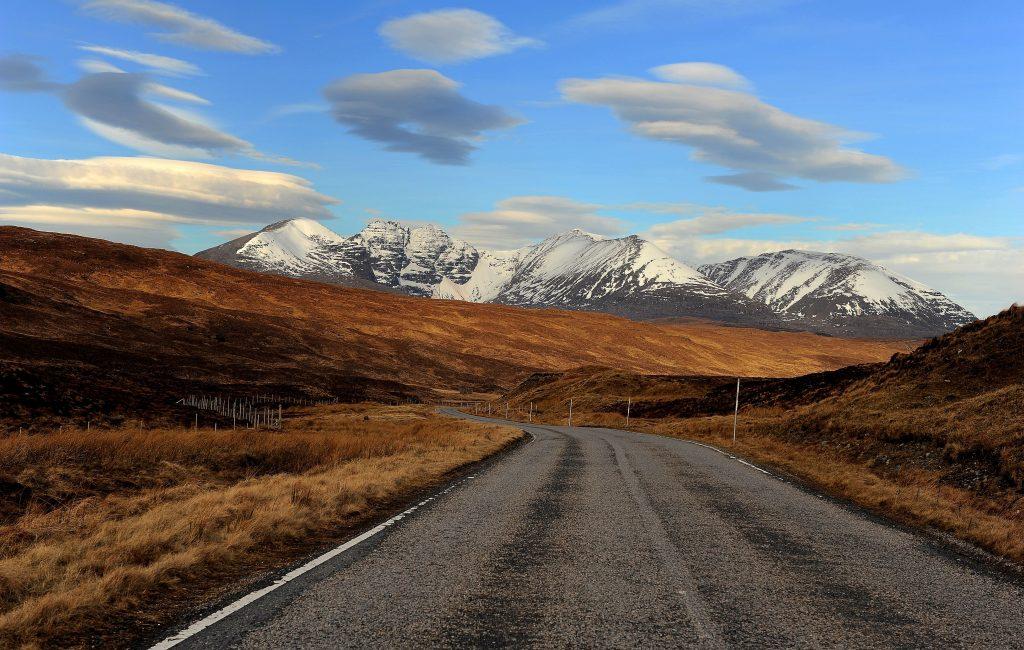 Le magnifiche montagne innevate lungo la strada verso il LITTLE LOCH BROOM