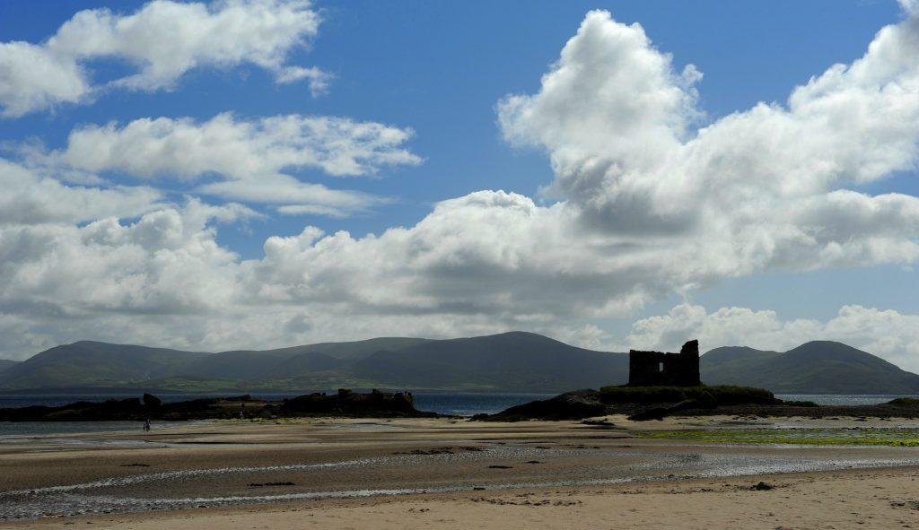 La spiaggia di BALLINSKELLIGS con le rovine di un castello
