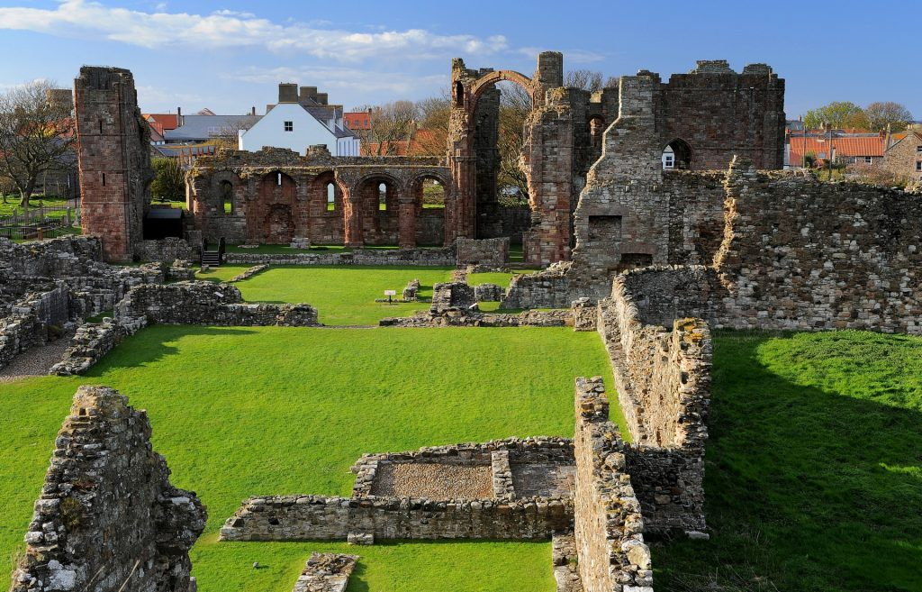 "Le rovine della PRIORY viste dall'altura detta ""The HEUGH"""