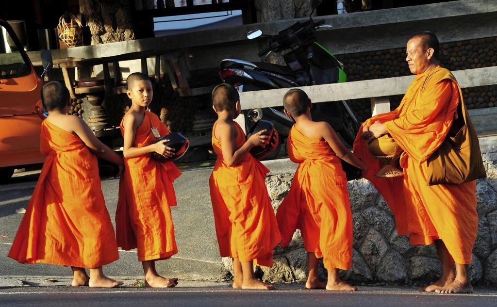 La questua dei monaci che si ripete ogni mattina all'alba