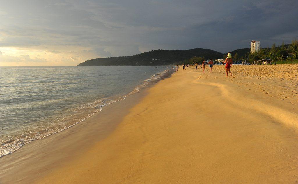 Crepuscolo lungo la spiaggia di KARON