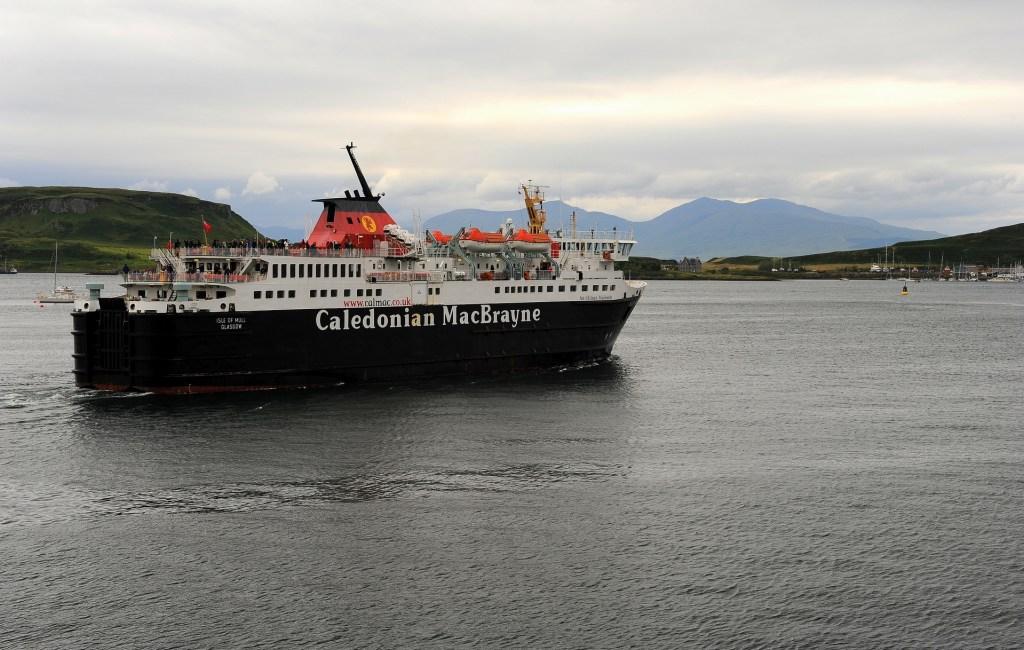 Un traghetto in partenza da OBAN verso le isole