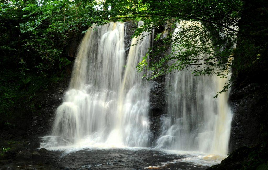 Una scrosciante cascata