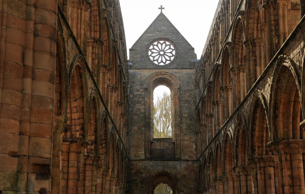 Un'altra prospettiva della grande navata centrale
