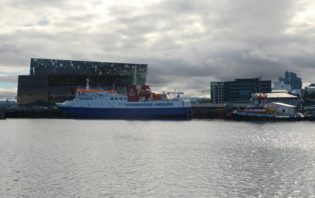 La mole spigolosa dell'HARPA sullo sfondo del porto