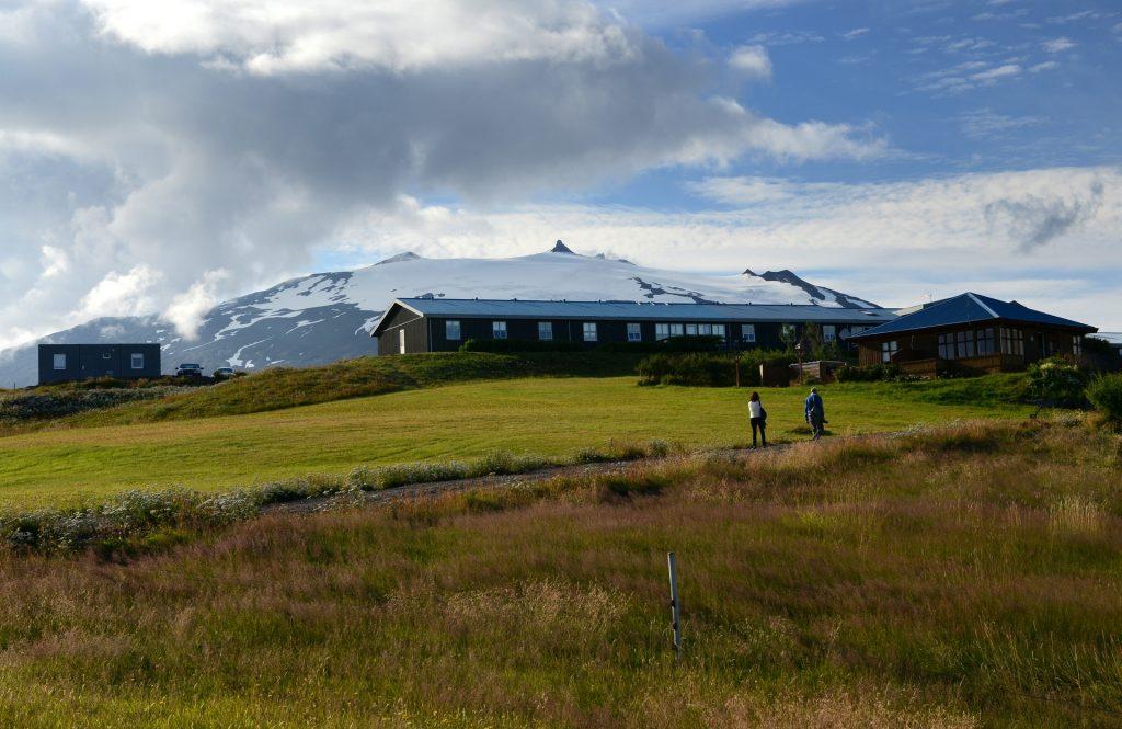 Uno scorcio del villaggio sovrastato dal ghiacciaio