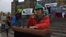 Rob Stewart in una delle sue campagne contro la mattanza degli squali, a difesa degli ecosistemi marini.