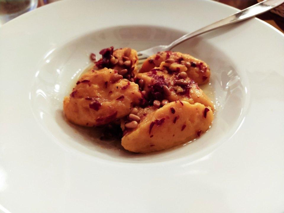 Gnocchi di zucca con pinoli e speck croccante