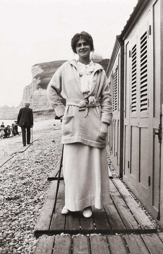 Gabrielle Chanel portant un camélia à la ceinture