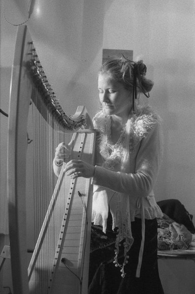 Black and white film image of harpist by Suzie Chaney shot on #ilforddelta3200