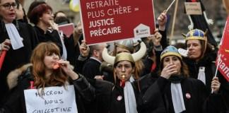 avvocati manifestanti contro la riforma delle pensioni a parigi