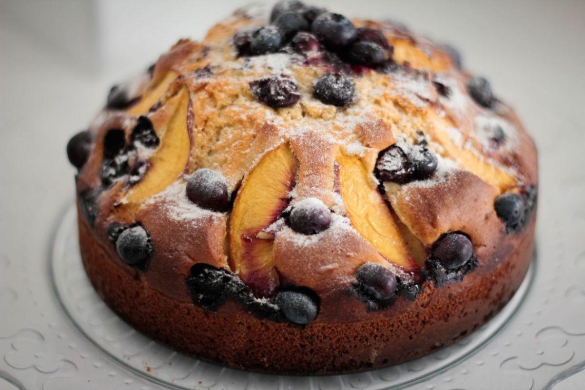 torta-vegan-pesche-mirtilli