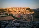 Ragusa vista da Ragusa Ibla all'alba