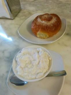 granita alla mandorla e brioche (caffè Sicilia, Noto)