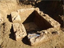 Ο μνημειώδης κιβωτιόσχημος τάφος στον τύμβο του 4ου αι. π.Χ. στην θέση Νταλαμαρέϊκα Σωστίου, όπου το 2013 εντοπίστηκαν σωρεία ανθράκων από την καύση νεκρής και άλλα ενδιαφέροντα κτερίσματα.