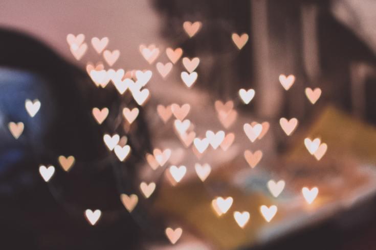 des coeurs roses et brillants pour les 10 ans de mon blog Iliclarie.fr - Photo by freestocks on Unsplash