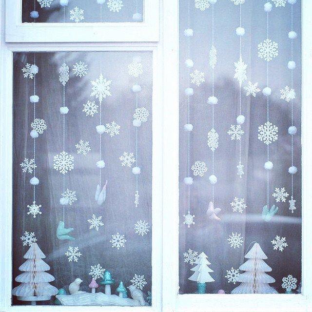 Dengan ini, Anda dapat menempel tidak hanya kepingan salju, tetapi kreasi yang berbeda dari ketebalan tengah kertas.