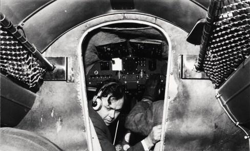 """Lockheed 18-07 Lodestar OH-VKU """"Kultakuokka"""" malminetsintälennolla vuonna 1962, ohjaajana kapteeni Kauko Aapro. Kuva: Katso-lehti / SIM"""
