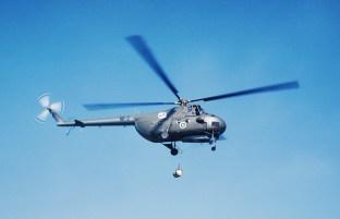 Kuljetuslentolaivueen Mil Mi-4 HR-3 ilmassa Kymin lentokentällä toukokuussa 1966. Kuva: Jyrki Laukkanen / SIM