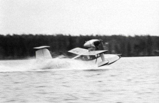 Torolf Eklundin TE-1 koelentovaiheessa Kuorevedellä syksyllä 1954, jo lentoveneeksi muutettuna. Konetta lentää koelentäjä, kapt. Esko Halme. Kuva: SIL / SIM.