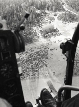 Bell 47 OH-HIA koelennolla Hallissa toukokuussa 1953. Kuva: Esko Kukkonen / SIM