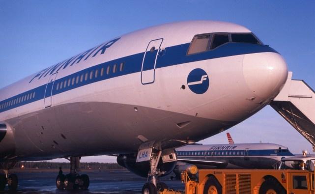 """Börje Hielm toimi DC-10-kapteenina Finnairilla vuosina 1975-1982, eläköitymiseensä saakka. Kuvassa ensimmäinen """"kymppi"""" OH-LHA Helsingissä tuoreeltaan tammikuussa 1975."""