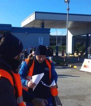pomigliano, raccolta di fondi per legami di solidarietà davanti alla Fiat, ieri