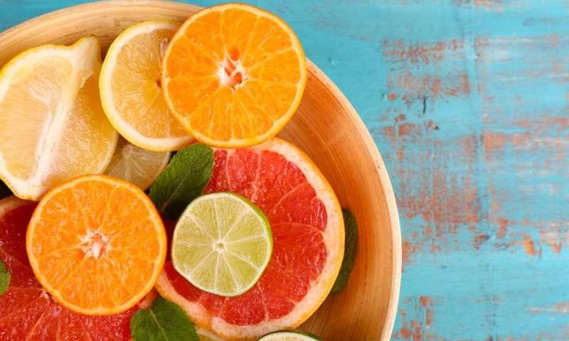 Gli alimenti ricchi di vitamina C possono ridurre la progressione della cataratta di un terzo, mostra un nuovo studio.