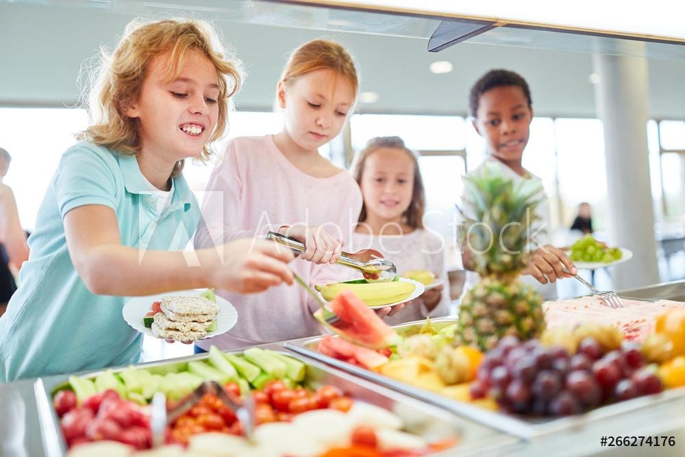 Hungrige Kinder holen sich Obst am Büffet