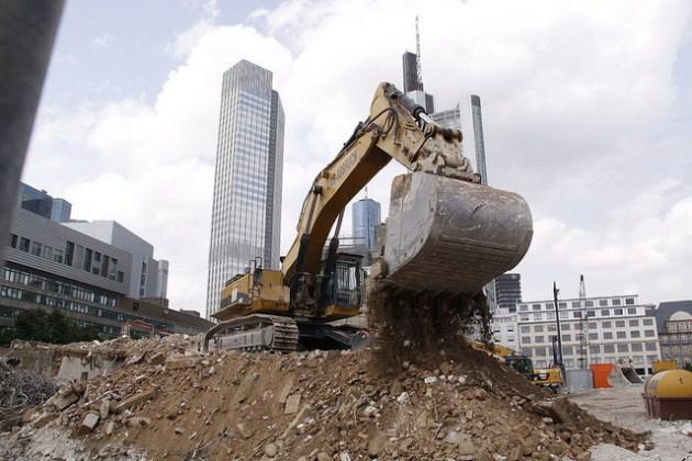 Un cantiere nel Finanzviertel. Foto © Rosa Luxemburg Stiftung / Flickr / CC BY 2.0