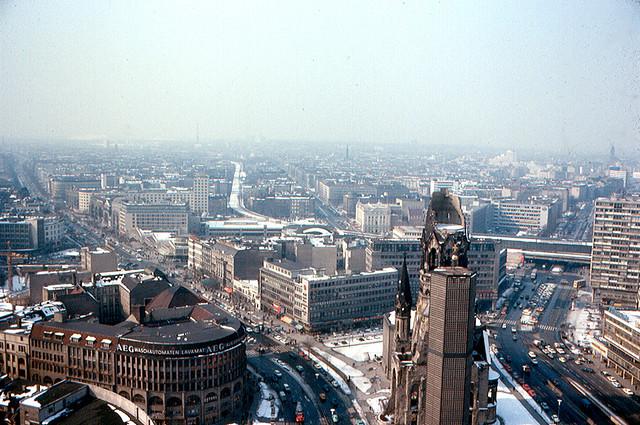 Panorama di Berlino Ovest dall'alto dell'Europa Center nel 1970 | Foto ©  Roger Wollstadt / CC BY-SA 2.0