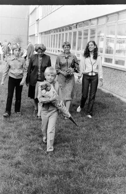 1981, Michael il primo giorno di scuola. Nelle mani ha il tipico cartoccio in cui venivano inseriti fiori, matite e dolci.
