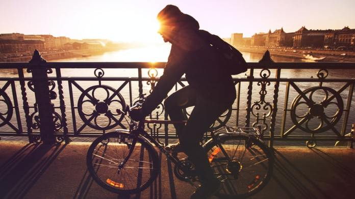 aggredisce ciclisti