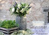 Allestimento con fiori in vaso ed erbe aromatiche per matrimonio