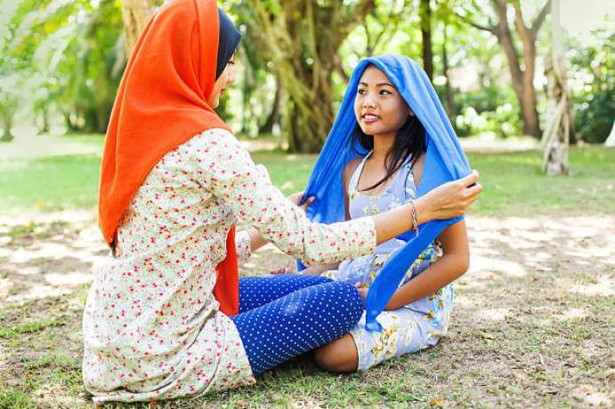 A che età si indossa il velo, A che età si indossa l'hijab, A che età le donne portano il velo, mamma indossa il velo alla figlia, perché le donne musulmane indossano il hijab, perché le donne musulmane portano il velo, perché le donne musulmane portano il hijab, cos'è il hijab, cos'è il velo islamico