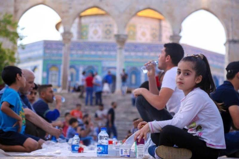 Ramadan, cos'è il ramadan, perché i musulmani digiunano, digiuno islam, fedeli aspettano di rompere il digiuno, iftar ramadan