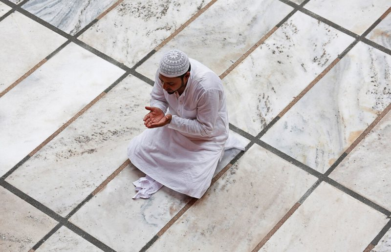 Ramadan, cos'è il ramadan, perché i musulmani digiunano, digiuno islam, uomo che offre preghiera moschea ramadan