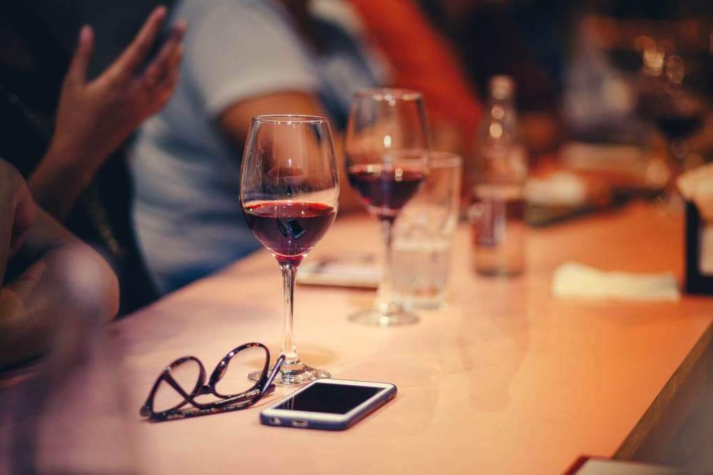 il lato social del vino_tavolato smartphone