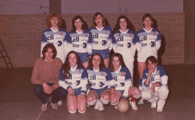 La prima squadra femminile della Dinamo Pallavolo. Siamo nel '77-'78.  Da sinistra in piedi: Zammarchi Stefania, Zanotti Dolores, Procucci Dianora, Gradara Cristina, Nicoletti Daniela. In basso: Armellini Rossano (allenatore), Franzolini Nives, Antonella, Ronconi Fabiola, e Renzi Giovanna.