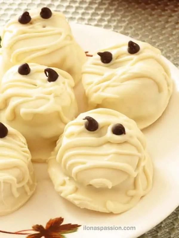 White Chocolate Peanut Butter Banana Mummies - Perfect for Halloween! By ilonaspassion.com