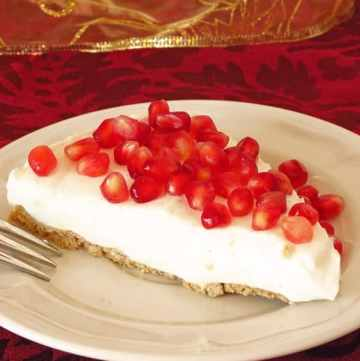 Healthy Pomegranate Yogurt Pie by ilonaspassion.com