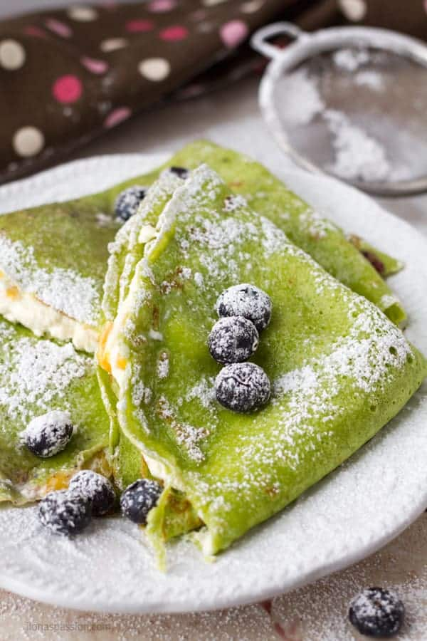 Spinach crepes recipe made with cottage cheese and fresh fruits by ilonaspassion.com I @ilonaspassion